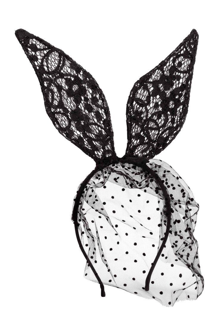Bandolete com véu: Bandolete em metal forrada de cetim. Com véu e orelhas de coelho em renda.