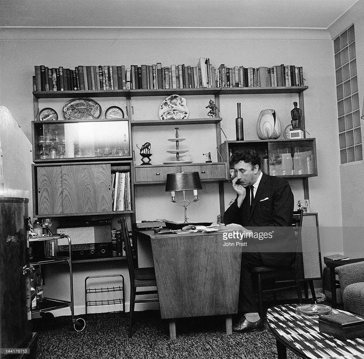 Fotografía de noticias : English actor and comedian Frankie Howerd at his...