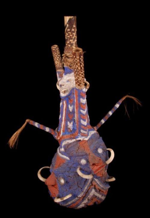 """Vanuatu Fiche Ganay-Van den Broek (n° coll. 434) """"Masque de danse netames (en lide-la-Mar devil) en bois de fougère arborescente recouvert de fibres travaillées et peintes de dessins rouge, blanc et bleu (couleurs europénnes). Deux figures en relief, dos à dos, forment la base du casque. Elles sont munies chacune d'une paire de moustaches formées par des dents de cochon. Ces figures sont surmontées de deux autres figures plus petites et orientées différemment, le haut du masque comporte un…"""