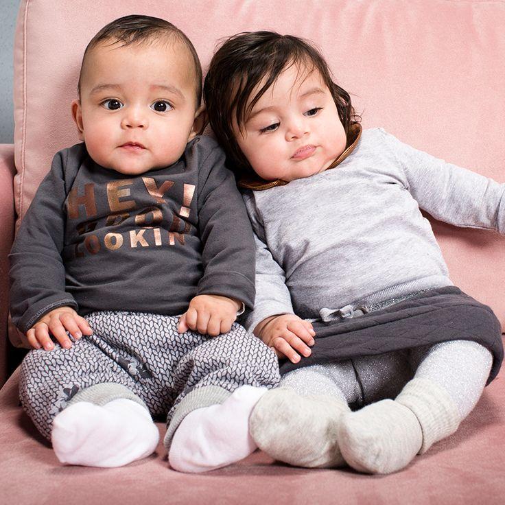 Samen stralen in een bijpassende schattige outfit. Dit is een fotootje waard! #outfit #baby #kleertjes #tweeling