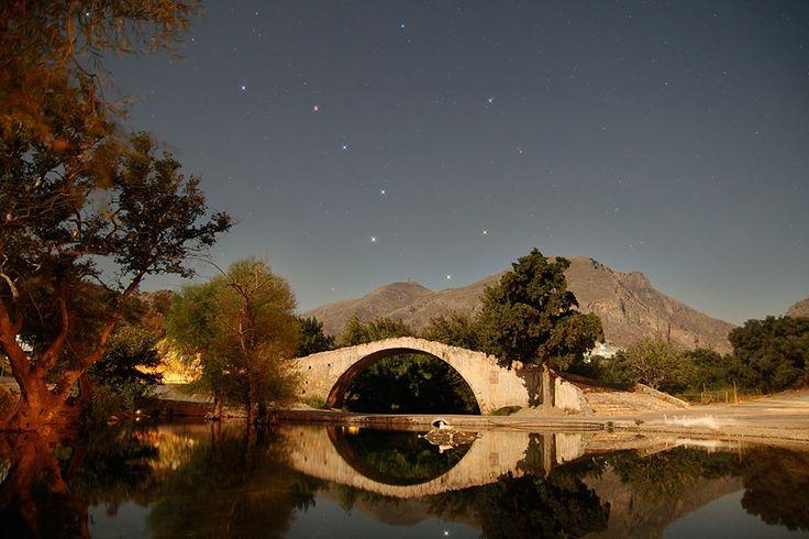 Η μεγάλη άρκτος, πάνω απο τη γέφυρα του Κουρταλιώτη. Εκπληκτική φωτογραφία του Αντώνη Φαρμακόπουλου.