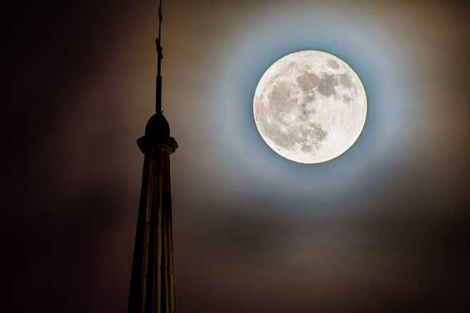 Wow this was amazing! Canadians were greeted to the largest Full Moon of the year Sunday night.  https://www.theweathernetwork.com/news/articles/supermoon-2017-perigee-full-moon-canada-photography-stargazers-photos/90278  #BarthmannDentureCLinic #Dentures4U