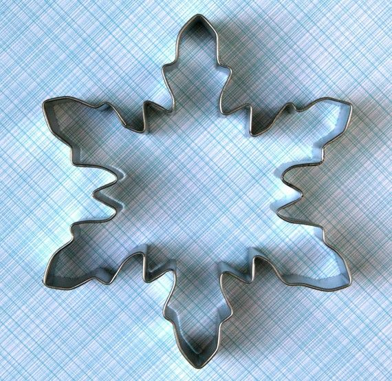 Perfect for Christmas cookies, this large snowflake cookie cutter has plenty of room for decorating! Made from tinplate steel, please handwash and