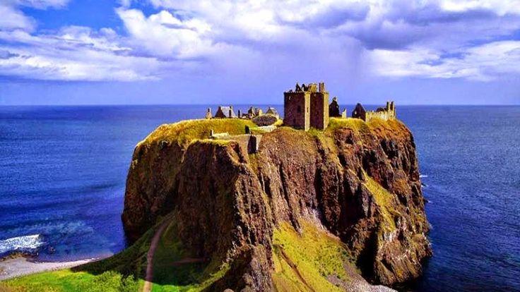 Impresionante castillo sobre un precipicio costero (Dunnottar, Escocia) Este castillo medieval, jugó un importante papel durante la Edad media en el control de las rutas de transporte marítimo hacia el norte de Escocia. Esta construido sobre un precipicio rocoso en un cabo de la costa del norte de Escocia. El castillo de Dunnottar  se encuentra a 3 kilómetros al sur de Stonehaven. http://blog.GustavoyEly.com