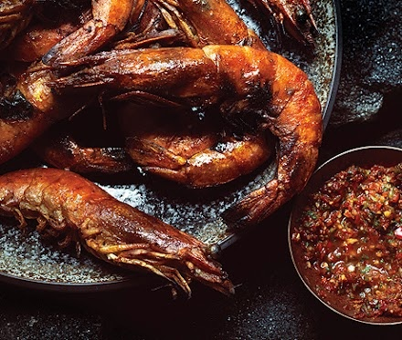 Camarones con chile, cilantro y lima -> http://www.epicurious.com/recipes/food/views/Grilled-Shrimp-with-Chile-Cilantro-and-Lime-51104470