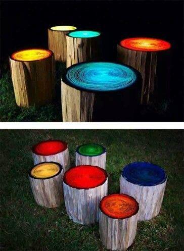 bancos hechos de troncos de madera y decorados con pintura que brilla en la oscuridad