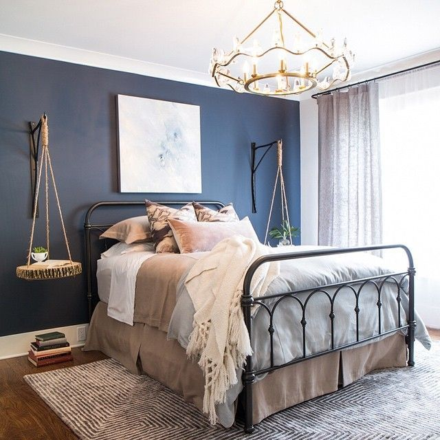 navy accent wall creates a beautiful contrast with grey touches | pared de acento de la marina de guerra crea un hermoso contraste con toques de gris