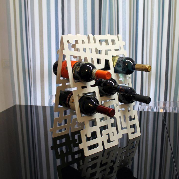 Porta bottiglie di vino realizzato in lamiera di ferro tagliata a laser. Espositore bottiglie di vino da parete. Wine bottles racks made of iron laser-cut metal sheet. Exhibitor bottles of wine wall. nikla.eu
