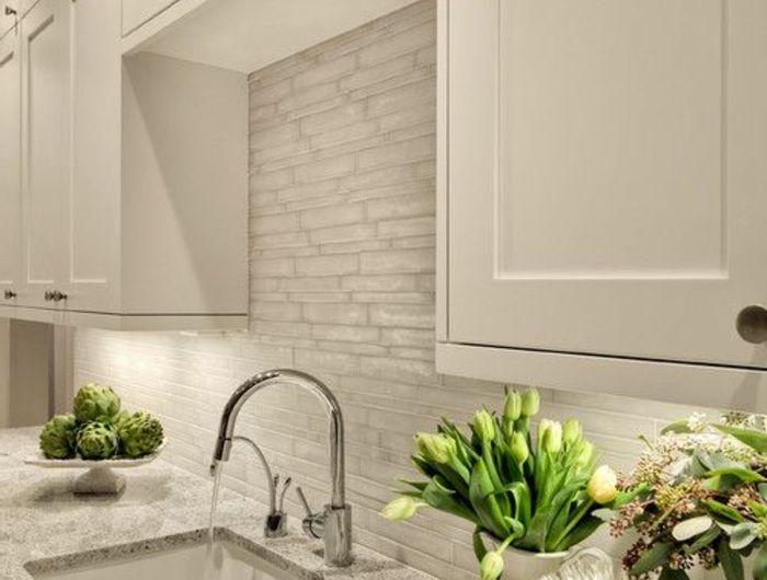 jolie-cuisine-blanche-avec-un-credence-de-cuisine-blanche-avec-fleurs-avec-meubles-pas-cher