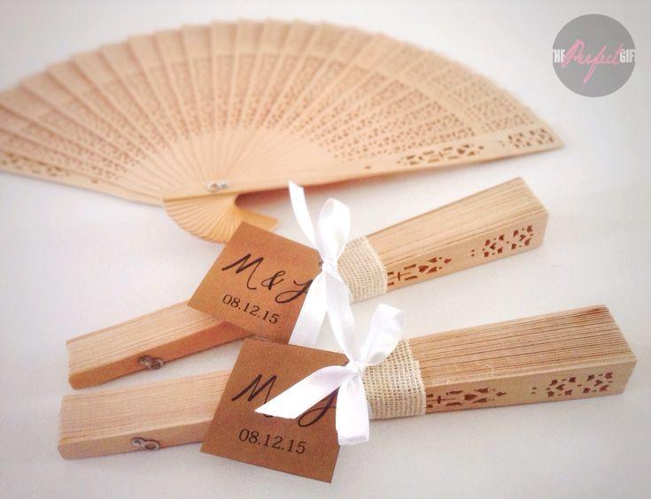 Abanico de madera personalizado, clásico calado para recuerdo, detalles o souvenir. Classic wood fan hand with Custom decoration for wedding favors, details. By The Perfect Gift & Decor