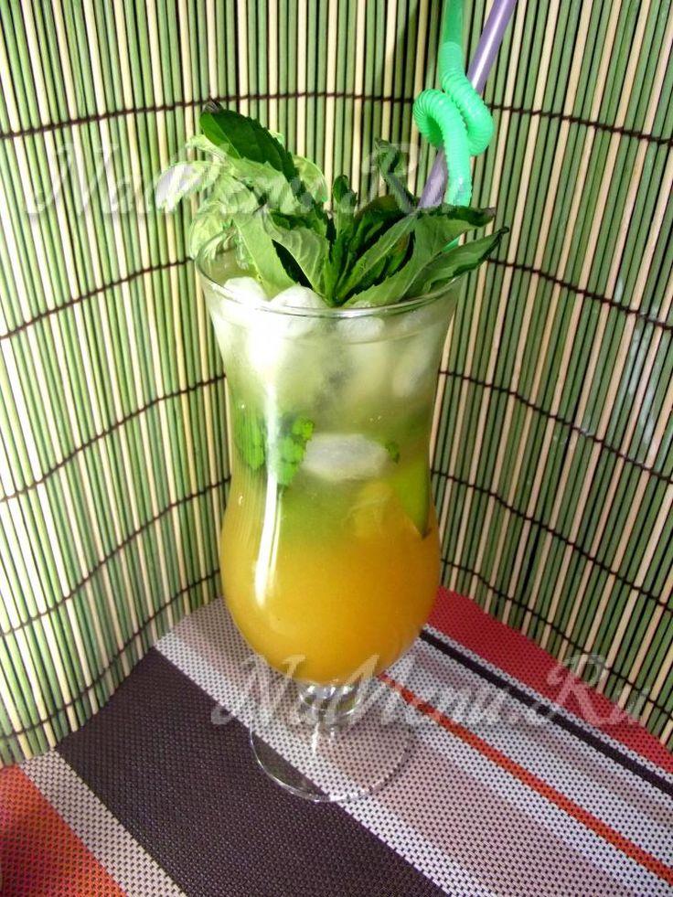 Домашний алкогольный коктейль можно приготовить из разных компонентов. В нашем рецепте используется водка, вермут и персиковый сок.