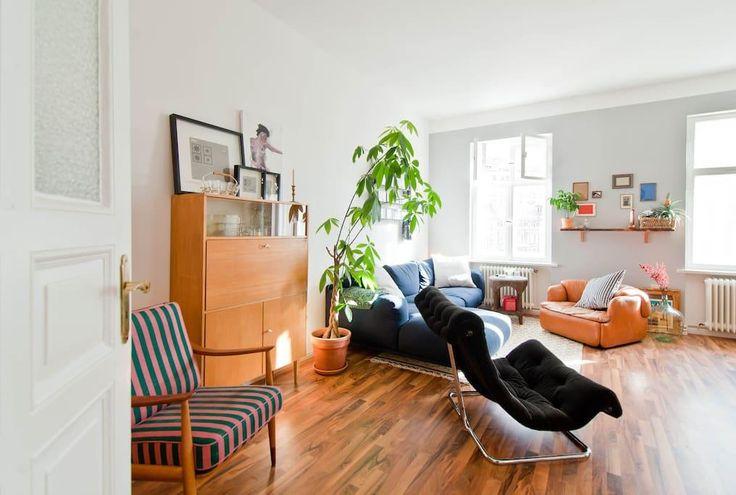 Einrichtungsideen fürs Wohnzimmer: dunkelblaue Couchlandschaft, Laminatboden und schöne Zimmerpflanze.  3-Zimmerwohnung in Berlin.  #Zwischenmiete #Berlin