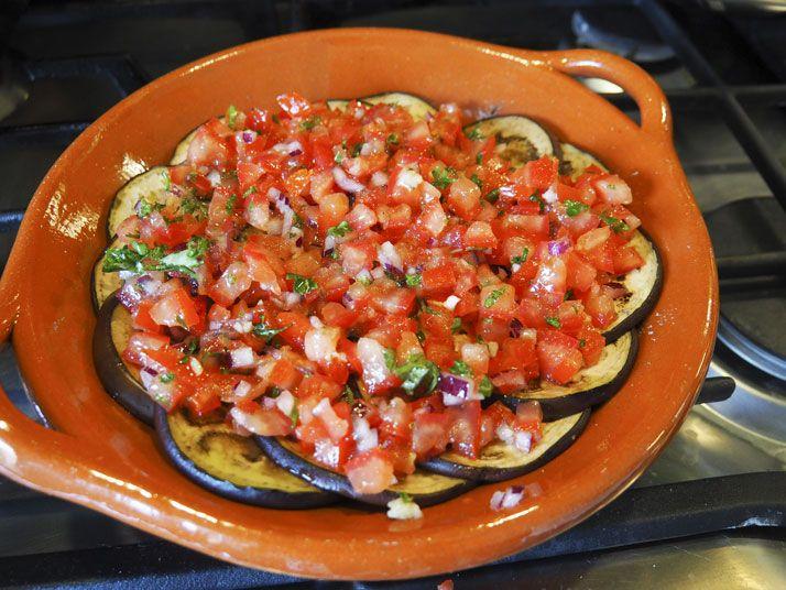 Heerlijk vegetarisch bijgerechtje! Gemakkelijk en super smaakvol. Vaak is natuurlijk al bewezen dat tomaten, mozzarella en aubergine super goed samengaan en hierbij dus nogmaals. Indien je de hoeveelheid aanpast, kan je er ook een hoofdgerechtje van maken natuurlijk!    30 minuten Makkelijk 0 - 5 euro pp   Ingrediënten