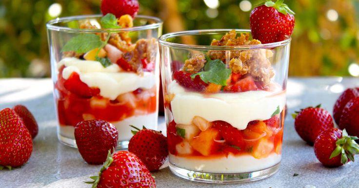 En riktigt god och fräsch dessert med jordgubbar, papaya, honungsmelon, mynta. lime, vit chokladkräm och karamelliserade havregryn.