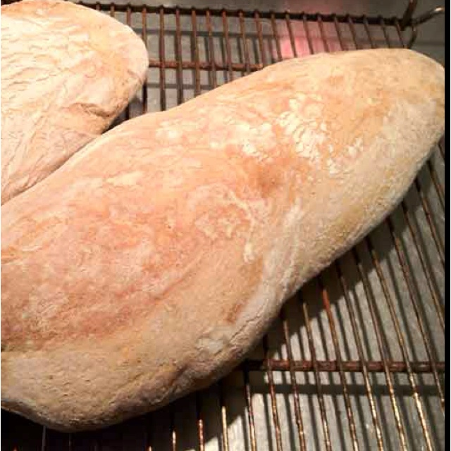 Koldhævet Hvedebrød  Ingredienser: 8 dl koldt vand 10 g gær 1 dl surdej 35 g salt 150 g grahamsmel ca. 1 kg hvedemel (nærmere 1050 g)  Sådan gør du:  Dag 1:  Rør gær ud i det kolde vand. Tilsæt surdej, hvedemel og grahamsmel sammen med salt og bland godt sammen indtil dejen hænger godt sammen og er smidig efter 12-15 minutter. Vær forsigtig med ikke at tilsætte for meget hvedemel. Dejen skal klæbe så meget til hænderne, at du må bruge lidt mel på hænderne for at dejen ikke skal klæbe for…
