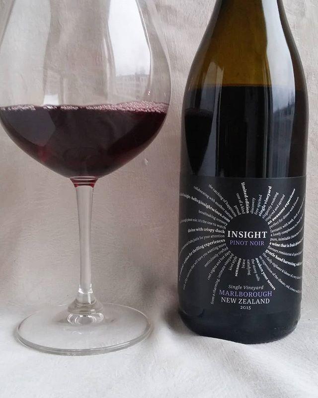 Pinot noir Uudesta Seelannista. #punaviini #punkku #punkkua #viini #herkkusuu #lasissa #Herkkusuunlautasella