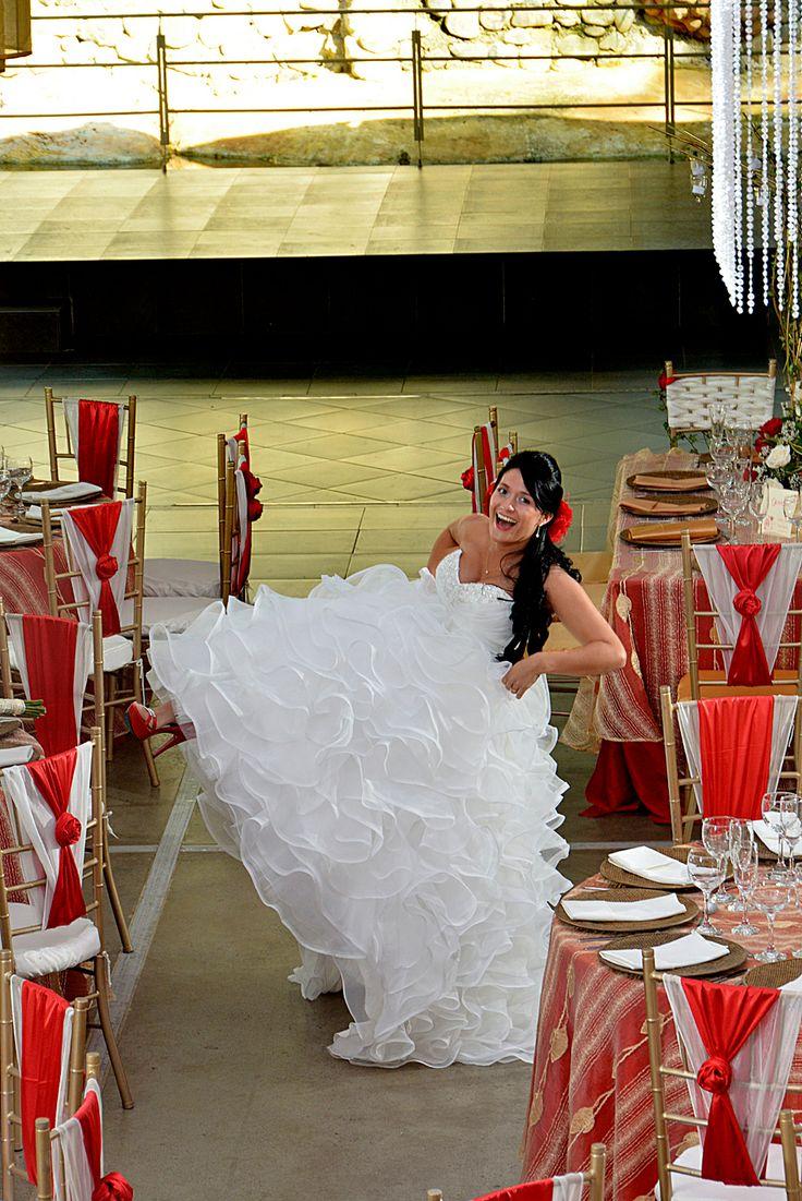 Poses divertidas de una novia para su álbum de boda. #FotografosDeBodasCali