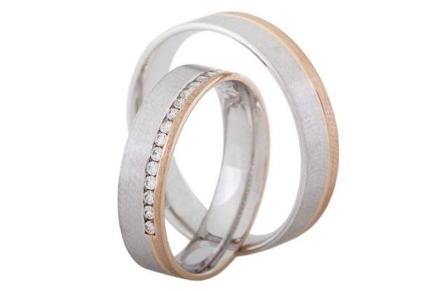 Svatební prstýnky rovného profilu jsou vyrobeny v kombinaci bílého a červeného zlata. Celé kroužky jsou saténově matné. Dámský snubní prsten zdobí patnáct malých kamínků, které jsou fasované do řady.