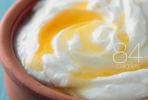 Yogurt magro greco con miele per colazione! yogurt greco è noto per la sua consistenza cremosa e extra-alto contenuto proteico.