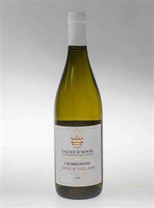 Chardonnay Chateau Vallaise - Questo classico vitigno ha originariamente guadagnato la sua fama nei vigneti francesi della Borgogna e dello Champagne. Caratteristica principale sono le sue ammirevoli capacità di adattamento ai diversi climi,da noi in Valle gli sbalzi di temperatura in epoca vendemmiale, tra giorno e notte, fissano intriganti profumi sulle bucce, che vengono rilasciati prima al mosto e poi al vino.
