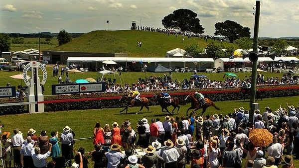 Bong Bong picnic races in November are a MUST in the Highlands! Frock up and experience a day out at the country races!