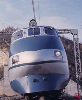 1976 - ETR 401 Nasce il primo elettrotreno a cassa oscillante: l'ETR 401, più noto come Pendolino. Progettato dalle Ferrovie dello Stato e dalla Fiat Ferroviaria per raggiungere i 250 km/h, il Pendolino rappresenta una tappa miliare nel percorso verso l'AV italiana.