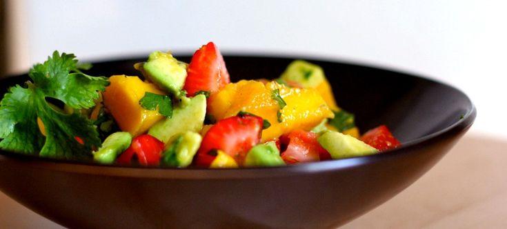 Салат с манго, клубникой и авокадо