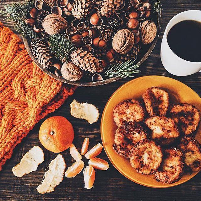 Мое #утро началось из ярких деталей гардероба), ароматных мандаринов, вкусного горячего #кофе и свежеиспеченных сырников))). #фото #мило #красиво  #прелесть #прекрасно #вкусно  #новогоднеенастроение #зима #шишки #amazing  #beautiful #nice #nymood #likes #instagood #instalike #photo #photooftheday #sweet #foodie #food #coffee #coffeetime #winter #wonderful #орехи #мандарины