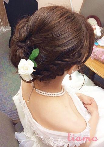 編み込みがポイントのサイドダウンスタイル☆素敵なご結婚式 |大人可愛いブライダルヘアメイク『tiamo』の結婚カタログ