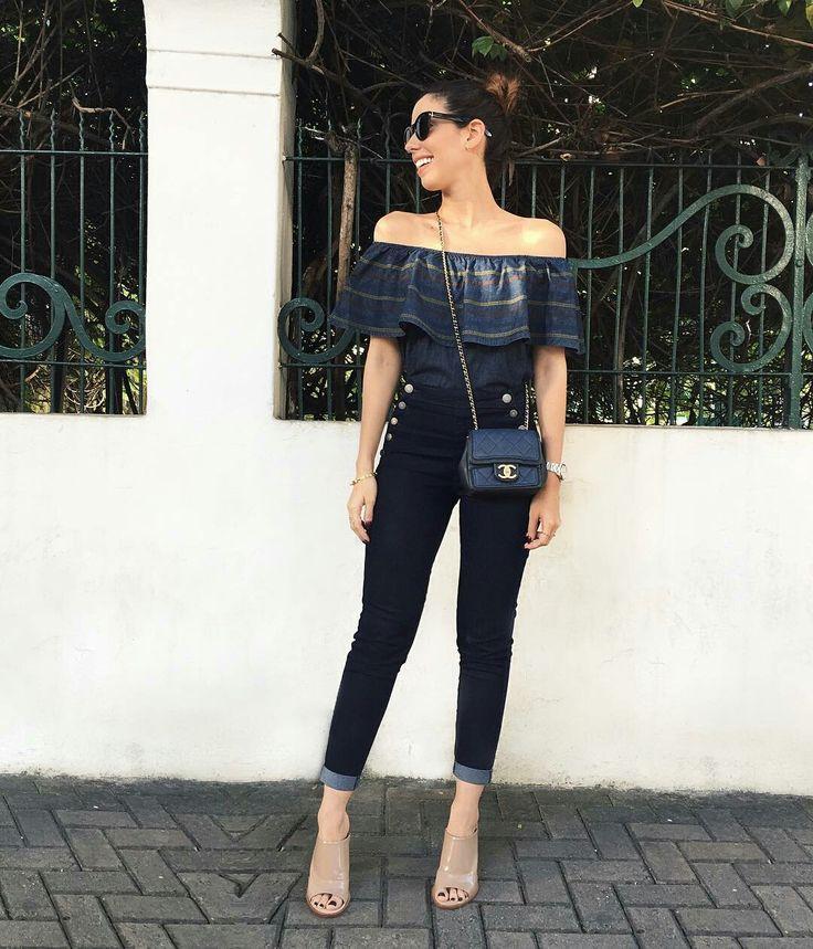 Camila Coutinho, top ombro a ombro listrado, jeans azul escuro, mule nude