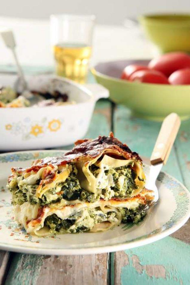 Ett supergott recept på vegetarisk lasagne utan kött! Det är enkelt att göra, och smakar underbart gott med ricotta, feta och stärkande spenat.