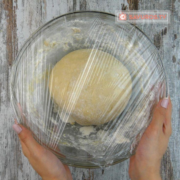 Vă prezentăm o rețetă de plăcintă cu piept de pui și spanac, care este un fel de mâncare caldă, ce poate fi servit și la masa de sărbătoare. Are un aspect atrăgător, iar aroma și