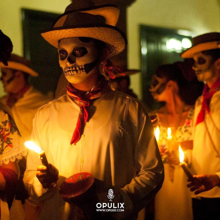 La celebración del Día de Muertos en mi país —México— se celebra los días 1 y 2 de noviembre, el día 1º es para recordar a los niños y el día 2 a los adultos. Esta celebración es una de las prácticas más representativas de nuestra cultura, ya que data desde tiempos prehispánicos y es tanta la algara