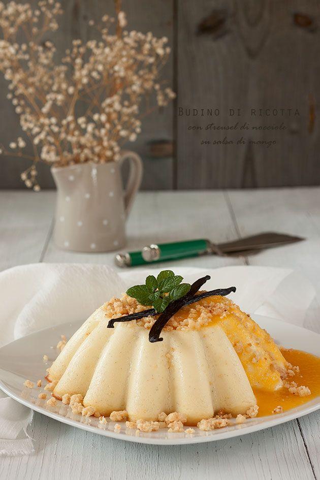 Budino di ricotta con streusel alle nocciole su salsa di mango