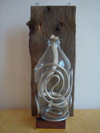 Wandbord-olielamp, pallethout, glas en aluminiumdraad (€ 10,00)