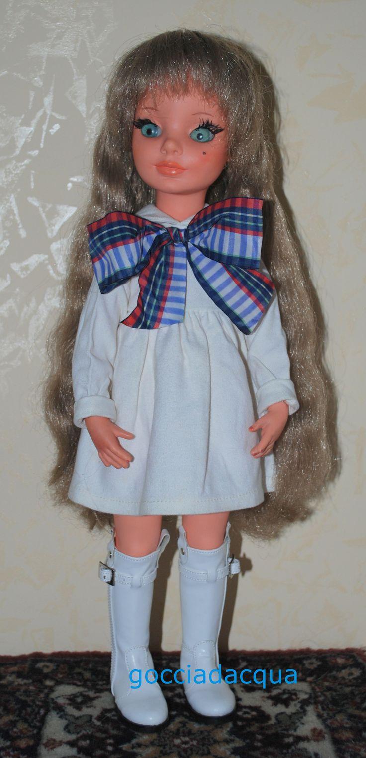 Una Simona con capigliatura eccezionalmente lunga (originale) indossa 'Al Plaza' (originale), modello del 1967