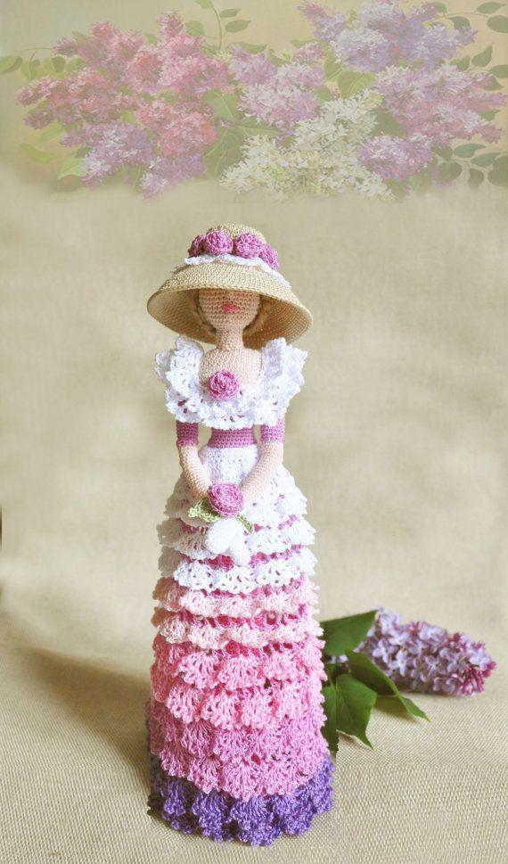 Muñeca elegante arte elegante en estilo retro. Señora rosa Yo de ganchillo de hilado de algodón ecológico. Esta muñeca cobrable será decorar cualquier rais interior, una sonrisa y atraer la atención. Puede colocar a sí mismo. Mejor regalo para mamá y niña Altura de 12 pulgadas (30cm)