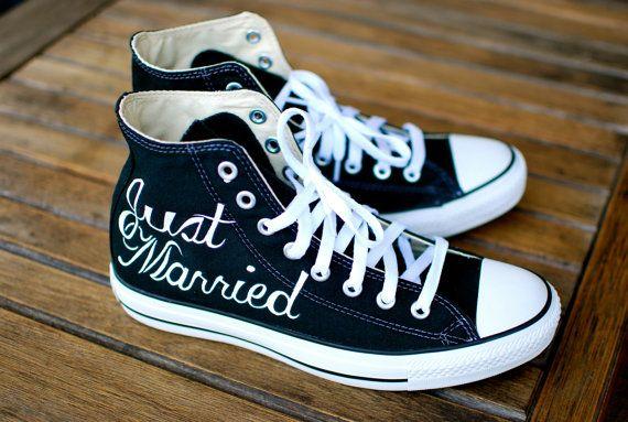 Deze combinatie van aangepaste Converse Trouwschoenen zegt Just Married in elegante cursief lettertype op de juiste schoen. De linker schoen zegt Ik eindelijk vond je. De woorden werden geschilderd met water bewijs permanente acryl verven die ziet er geweldig uit en zal geen chip, vervagen of afwassen. Aangepaste kleuren die in uw bruiloft te maken van deze schoenen passen op uw perfecte dag kunnen we bespreken. De schoenen hier afgebeeld zijn Converse Hi Top Chuck Taylors. Diverse maten…