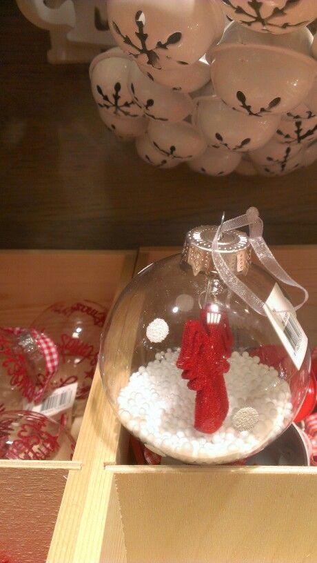 kerstbal. doorzichtige bal vullen met kunstsneeuw. engeltje of iets anders met dun draadje aan balklem vastmaken.