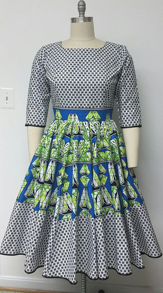 C'est un entièrement doublé africain Multi Print à godets, jupe avec poches à l'intérieur. et le jupon attaché. Haut ajusté avec des manches.  INCLUS : • Une robe  DÉTAILS : • Impression africaine.  • Conseils d'entretien: nettoyage à sec préféré.  Visitez ma boutique : https://www.etsy.com/shop/NanayahStudio  TAILLES DE ROBE * US 2 – 33 buste - taille 24 pouces - hanches 34-35 pouces * US 4--34 buste - taille 25 pouces - hanches 36-37 pouces * US 6--35 buste - taille 26 pouces - hanches 38…