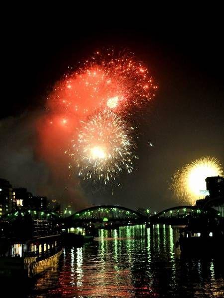 suneko日本の夏の夜空に、一番似合うもの。それはやはり、華々しく打ち上げられた花火ではないでしょうか?今年の夏、東京でも多くの花火大会が開催されますが、なかでも「これだけは外せない!」という4つの花火大会をご紹介します! 1.隅田川花火大会 隅田川花火大会は、浅草や向島周辺の隅田川沿いで行われる花火大会です。毎年7月の最終土曜日に開催され、江戸時代から続く日本最古の花火大会でもあります。出典:http://www.ahirunum.net/2013/07/28/%E9%9A%85%E7%94%B0%E5%B7%9D%E3%81%9A%E3%81%B6%E6%BF%A1%E3%82%8C%E8%8A%B1%E7%81%AB%E5%A4%A7%E4%BC%9A/ 隅田川花火大会の特徴は、隅田川沿いで開催されるということもあって、川に浮かべた屋形船の上から花火が観られること! ゆらりと屋形船に揺られながら、優雅に花火見物というのもなかなかオツなのではないでしょうか?(参考サイト:http://...