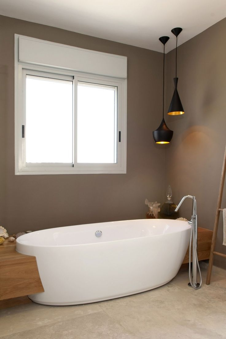 Badezimmer in Braun und Beige und freistehende Badewanne – Mein Rollo