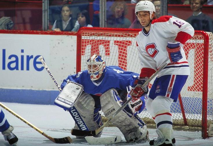 Denis Savard : En séries (1990-1991), il a retrouvé ses airs des beaux jours en récoltant 13 points en 13 matchs alors que Montréal s'est incliné en finale de division contre les Bruins. En 1991-1992, Savard a de nouveau été un joueur clé de l'offensive montréalaise. Avec ses 70 points, il n'a été devancé que par Kirk Muller. Malheureusement pour Savard et les siens, leur saison prend fin une deuxième fois de suite contre les Bruins. Or, la saison suivante allait être la bonne.