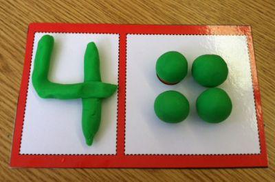 Belle activité de réalisation de chiffres en pâte à modeler avec la quantité correspondante.