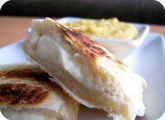 Naans au fromage    Pour 6 naans - 5.5 points ww par naan    300g de farine  1 yaourt nature  1 cc de sel  3 CS d'eau  3 CS d'huile  1 cc de levure chimique    Mélanger tous les ingrédients, former une boule et laisser reposer la pâte 10 minutes.  Diviser la pâte en 6 et abaisser chaque pâton sur le plan de travail fariné.  Placer 1 triangle de vache qui rit sur chaque moitié de pâte puis replier et sceller les bords.  Cuire sous le grill du four pendant 10 minutes et retourner à…