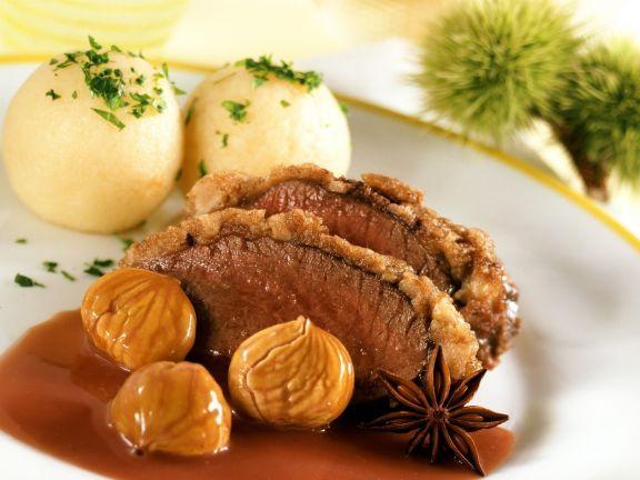Hirschkalbsrücken mit Kastanienkruste und Klößen ist ein Rezept mit frischen Zutaten aus der Kategorie Hirsch. Probieren Sie dieses und weitere Rezepte von EAT SMARTER!