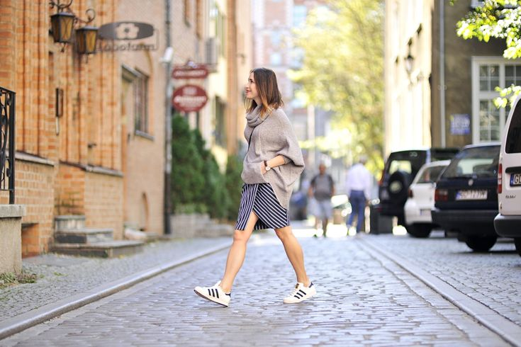 oversized-sweater-street-style #streetstyle #streetfashion #street #style #fashion #adidas #superstar #adidassuperstar #stripedskirt #striped #skirt #Oversizedsweater #oversized #sweater #grey #greysweater #blogger #fashionblogger #Outfit