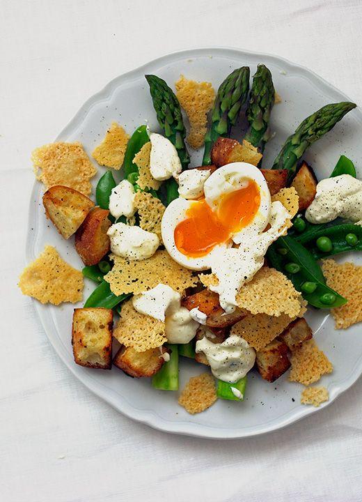 「パルミジャーノチップスサラダ」春はサラダが美味しい季節。イキイキした野菜と美味しい具材をアレンジしていろいろなサラダを楽しみましょう。今日はマリクレールスタイルで紹介してる春野菜とパルミジャーノチップスを組み合わせたサラダのご紹介。アスパラガスとスナップエンドウ、ガーリッククルトンに半熟タマゴ、そしてカリカリにしたパルミジャーノチップスがたまりませんよ♪材料と作り方は marie claire style でチェック☆