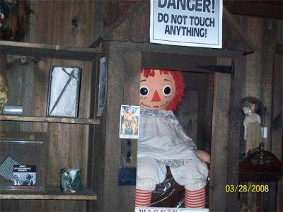 ed and lorraine warren | Os Warrens criaram em 1952 um museu ocultista, e a boneca Annabelle ...