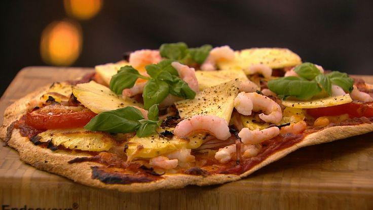 Hawaii-pizza er en lækker opskrift fra Go' appetit med Claus Holm, se flere pizza på mad.tv2.dk